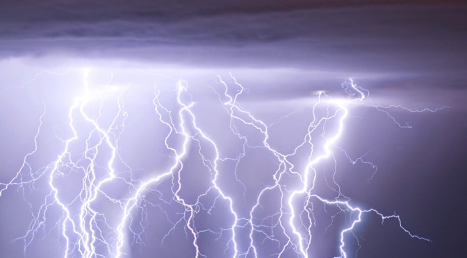 Jak zachować się w czasie burzy.